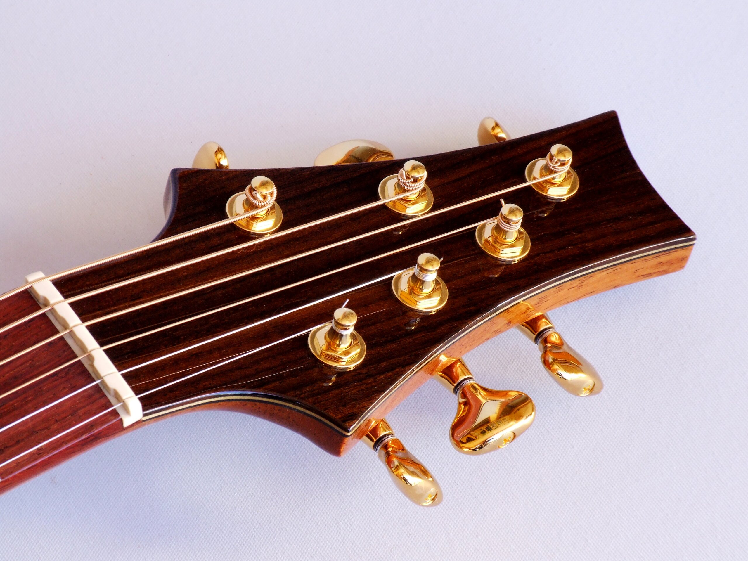 Straight pull headstock, compensated nut, Gotoh 510 tuners